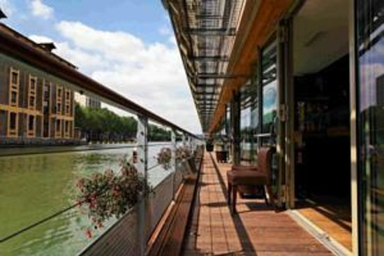 St Christopher's Canal Paris : the beautiful 'water'terrace