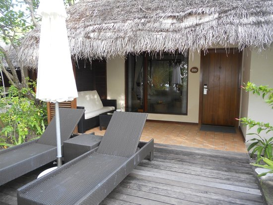 Kuramathi Island Resort : Front of beach villa