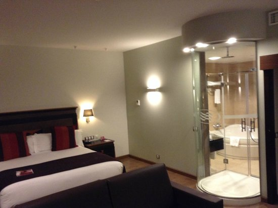 Crowne Plaza Madrid Airport: Suite with a bathroom