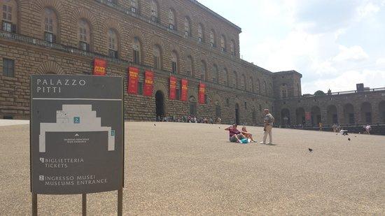 Galleria Palatina in Palazzo Pitti: Devant le palazzio Pitti