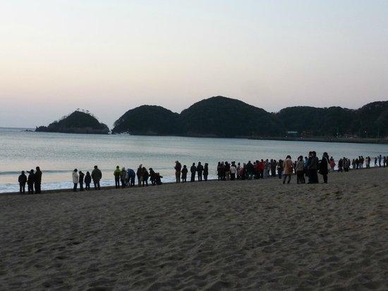 Yumigahama Beach : みなさん初日の出を今か今かと待ち構えています。