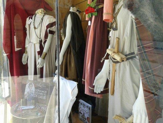 Las murallas romanas de Lugo: foto de las tiendas vendiendo trajes tipicos para el arde lucus