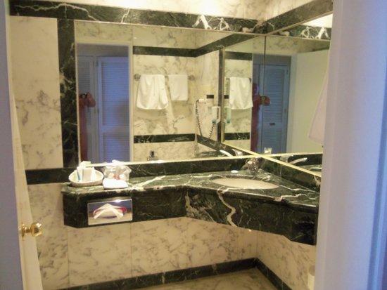 Corfu Palace Hotel : Marble bathroom
