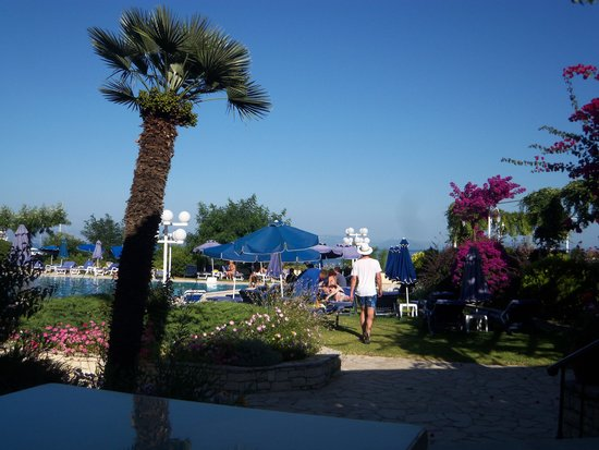 Corfu Palace Hotel: Pool area from the bar