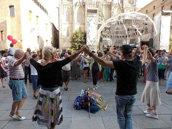 Catedral de Barcelona : Le dimanche matin les danseurs de sardane investissent la place de la cathédrale