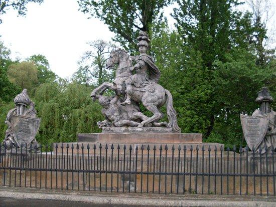 Parc Łazienki : Pomnik :) wiadomo czyj