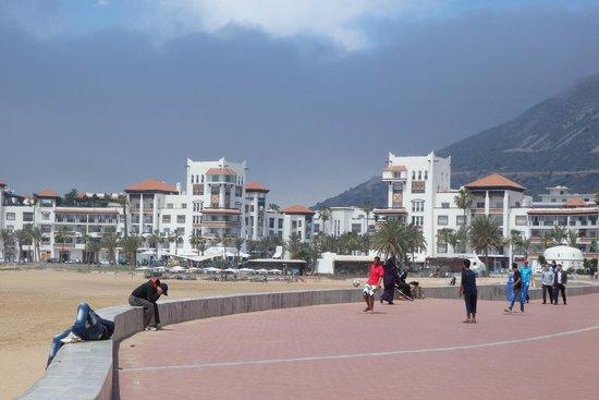 Seafront promenade et vue sur la Marina