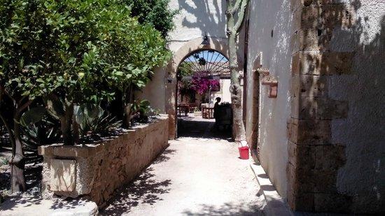 Baglio Siciliamo Country House: ingresso alla corte