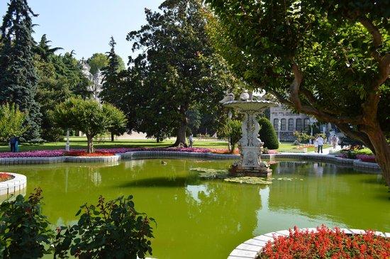 Palacio de Dolmabahçe: Un des nombreux bassins