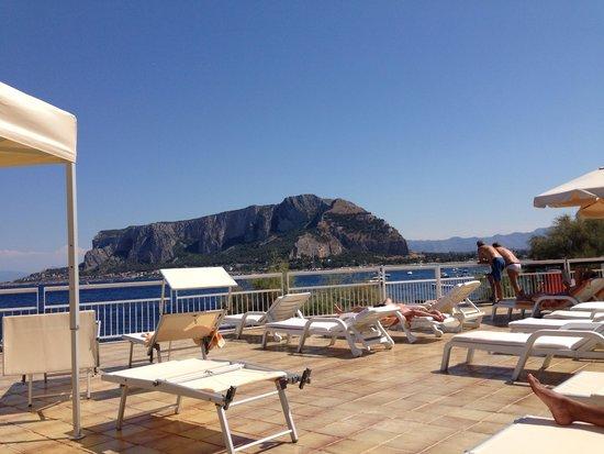 Splendid Hotel La Torre : Endroit pour bronzé à côté de la piscind