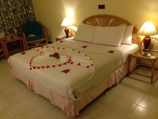 Paradise Island Resort & Spa: 部屋です。夕食時のベッドメーキング時に生花で飾り付けしてくれました。