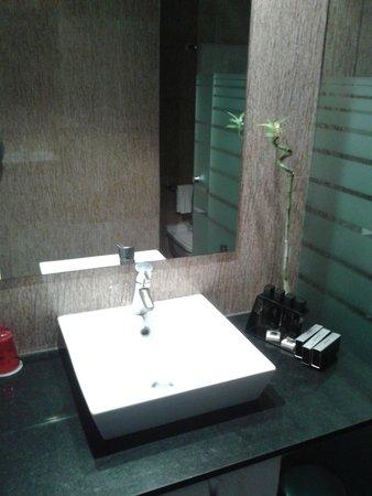 Melia Alicante: Lavabo avec à droite kit d'hygiene complet