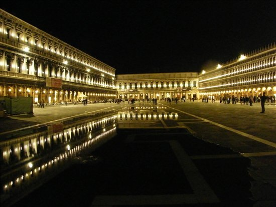Piazza San Marco (Place St Marc) : Piaza San Marco by night.