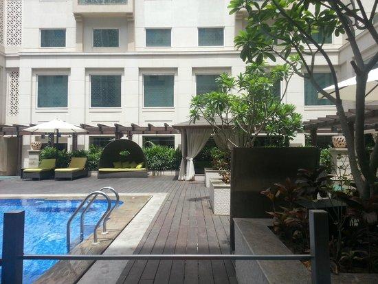 Lemon Tree Premier: Pool Sitting