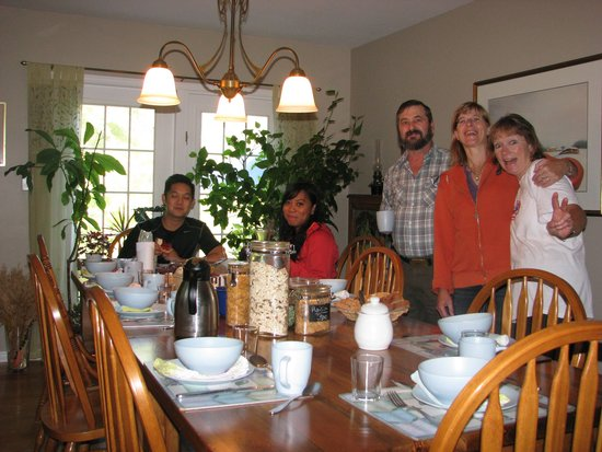 Taylor-Made B&B : Breakfast with Barb and the other guest.