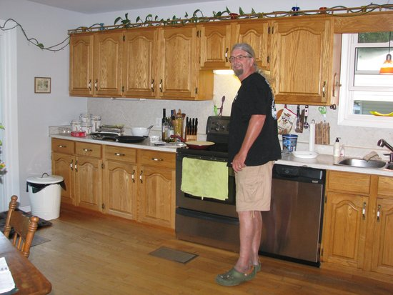 Taylor-Made B&B : Dave cooking up breakfast.