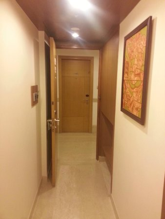 Lemon Tree Premier, Delhi Airport: Room Enterance