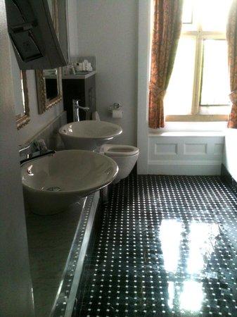Fanhams Hall Hotel : bathroom photo