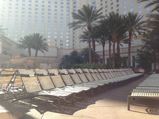 Monte Carlo Resort & Casino: by the pools early in the morning