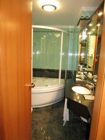 Brunelleschi Hotel: bathroom with jacuzzi shower/tub