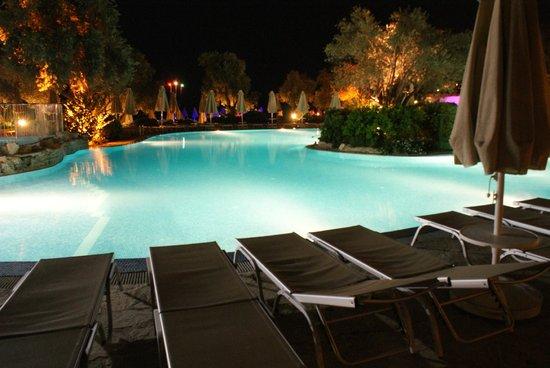 Piscine le soir picture of izer hotel beach club for Piscine paris ouverte le soir