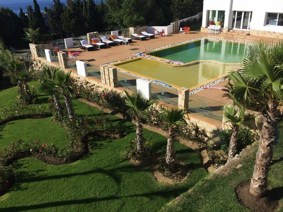 Mnar Castle Hotel Apartments: Pool area