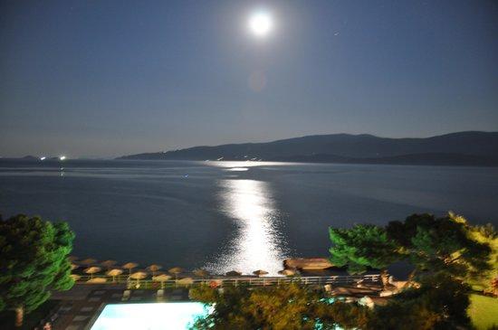 Kalamaki Beach Hotel : Вечерний вид с балкона на залив