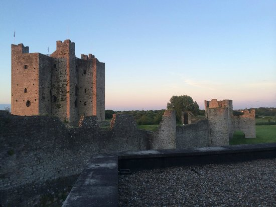 Trim Castle Hotel: Waking up to Trim Castle at sunrise