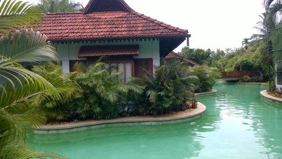 Kumarakom Lake Resort: Meandering Pool