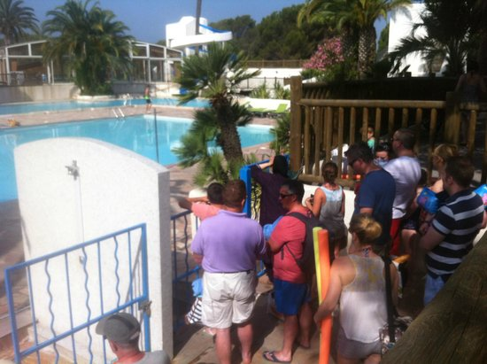 Camping La Baume - Residence La Palmeraie : queuing for the pool at 10am