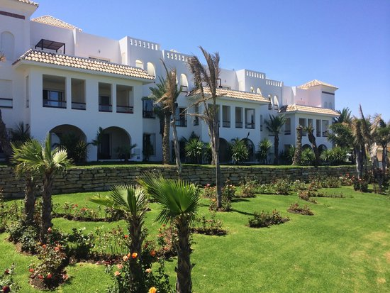 Mnar Castle Hotel Apartments: Garden and exterior view