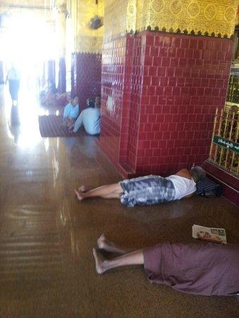Mahamuni Pagoda: durmiendo mas cerca de Buda