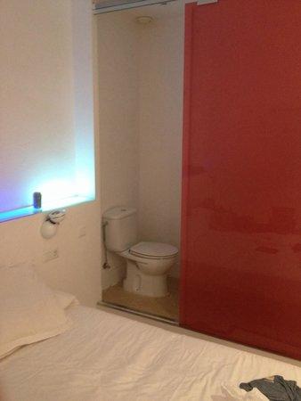 Chic & Basic Tallers: Chambre très petite, dormir la tête dans les wc est tout à fait envisageable. De plus il y a pas