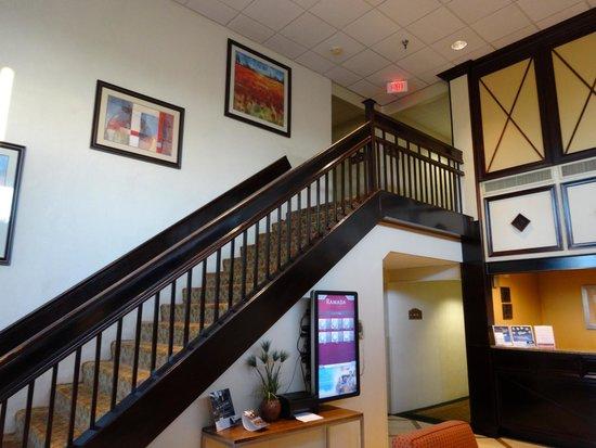 Ramada Newark/Wilmington: Лестница на второй этаж