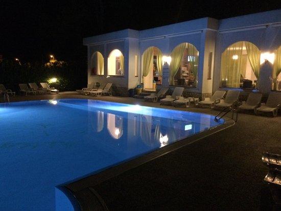 Residence Alba Chiara: La piscina ed il ristorante in notturna