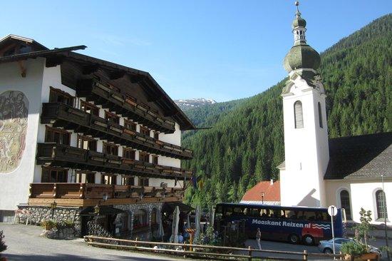 Hotel Basur: hotel met naastgelegen kerk (klok zwijgt tussen 21 u en 7 u)