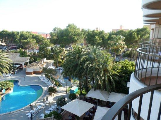 Hotel Riu Bravo: Zicht op zwembad en buiten bar