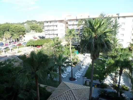 Hotel Riu Bravo: Zicht op bijgebouw aan andere zijde van zwembad