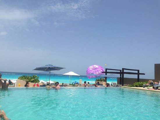 Secrets The Vine Cancun : Infinity pool on the ground floor