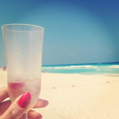 Secrets The Vine Cancún: Champagne on the beach!