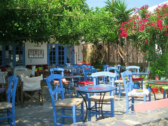 Kafenio Paparouna - Poppy's: The beautiful yard of Kafenio Paparouna