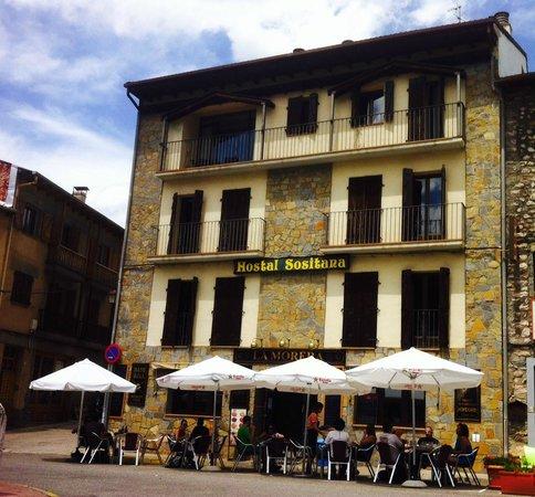 Hostal Sositana: Fachada del Hostal con vistas de la estupenda terraza del restaurante.