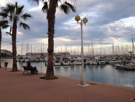 AC Hotel Alicante: The walk to the centre of town