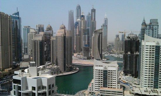 Address Dubai Marina: Вид на скопление небоскребов