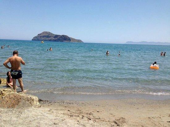 Porto Platanias Beach Resort & Spa: fin sand strand....solstoler leies ut til gjestene for 4 auro pr stk....vi lå ikke på stranden.