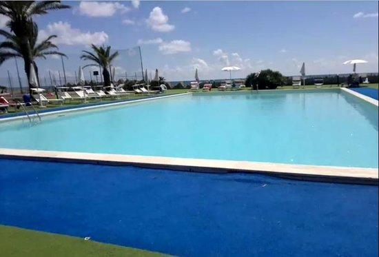 Club Hotel Copacabana: Piscina e infrastrutture con vista sul mare