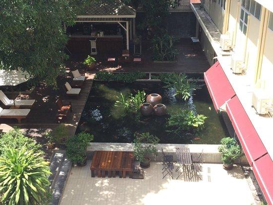 Feung Nakorn Balcony Rooms & Cafe: Garden Area