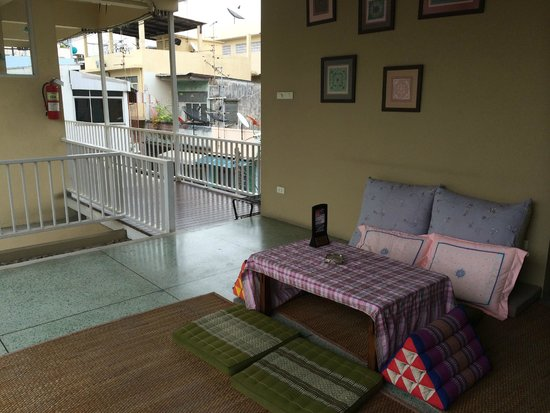 Feung Nakorn Balcony Rooms & Cafe: Chiill Out Area - Next to the Dorm Room