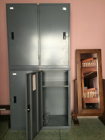 Feung Nakorn Balcony Rooms & Cafe: Spacious Lockers