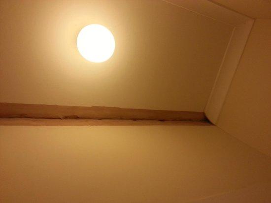 Cranford Hotel: Shower room ceiling
